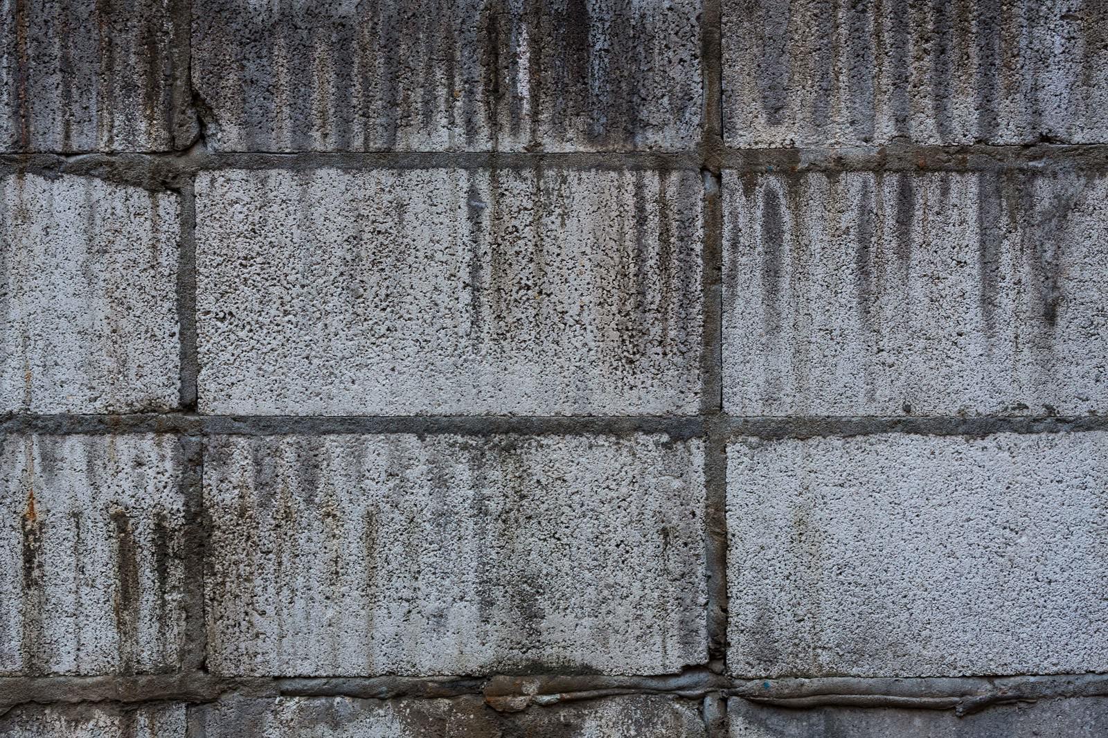 「汚れたブロック塀(テクスチャー)」の写真