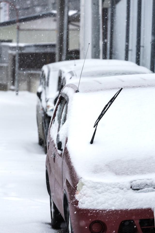車に雪が積もるの写真