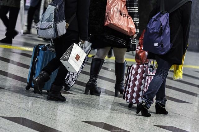 旅行者とキャリーバッグの写真