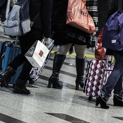 「旅行者とキャリーバッグ」の写真素材
