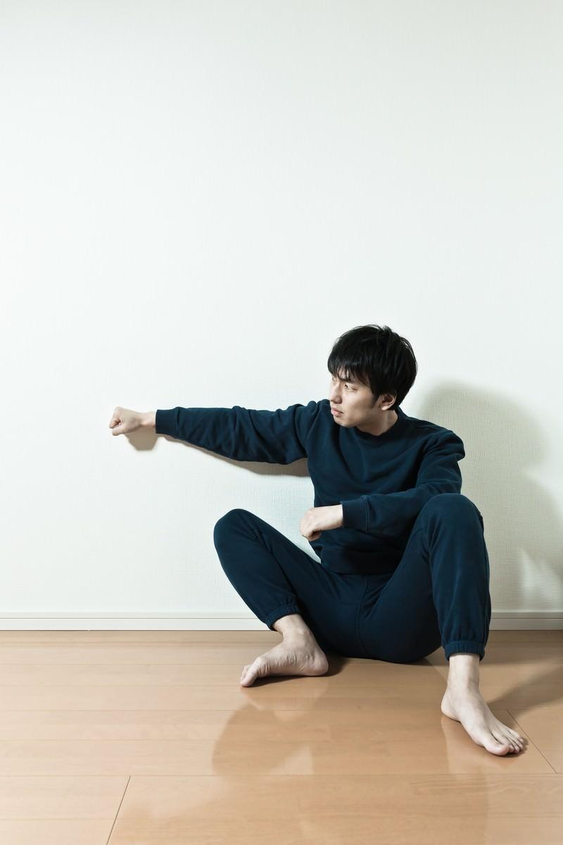 「隣の部屋から聞こえてくる擬音にキレる壁ドン」の写真[モデル:大川竜弥]