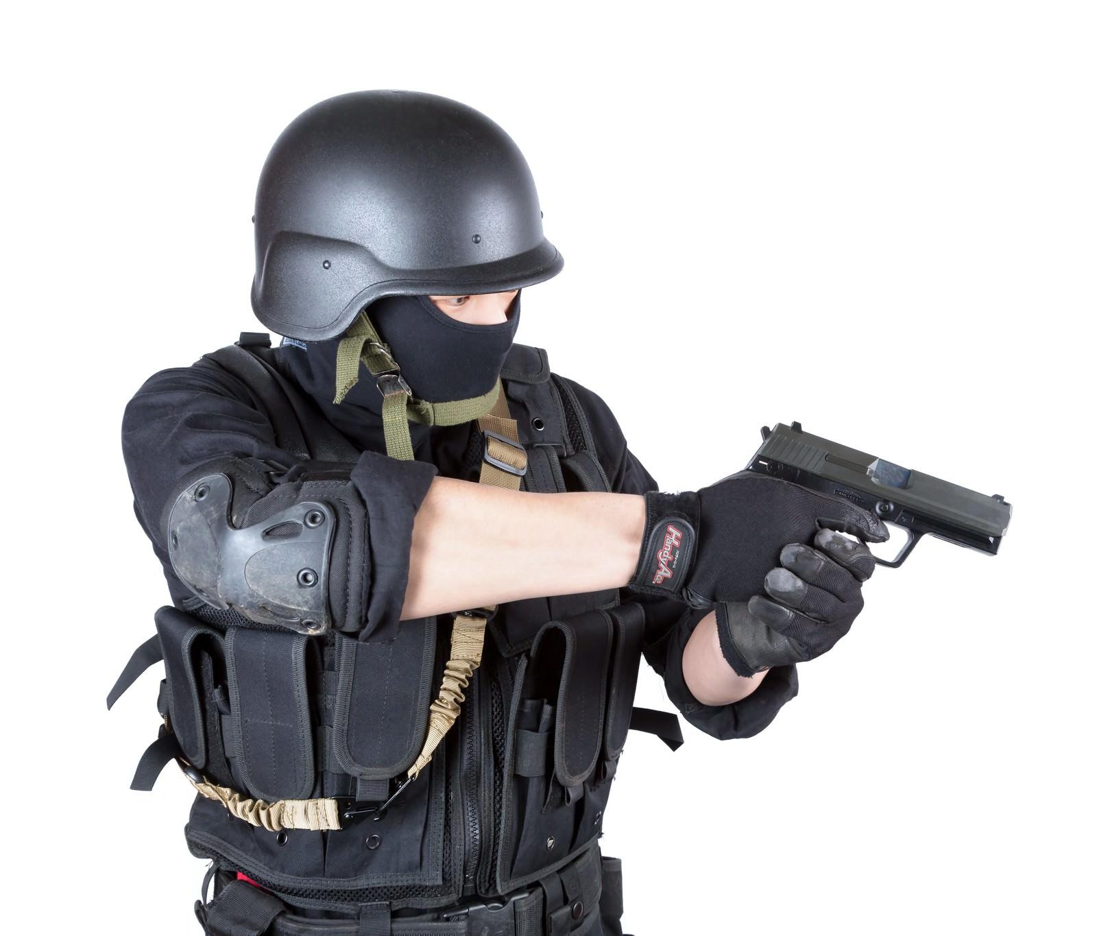 拳銃を構える特殊部隊 無料の写真素材はフリー素材のぱくたそ