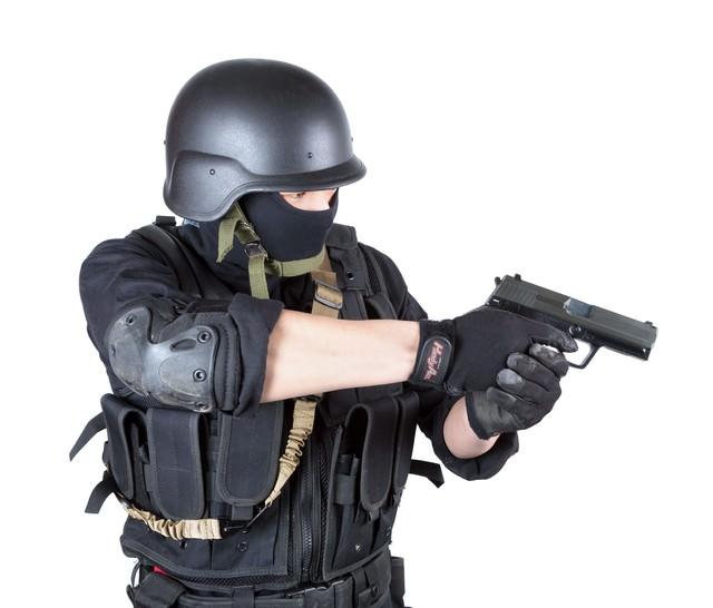 拳銃を構える特殊部隊の写真