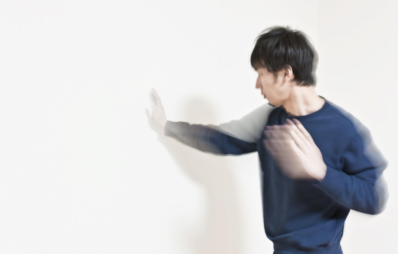 「気を送りこむ壁ドン」の写真[モデル:大川竜弥]