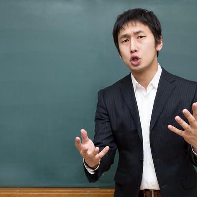 「黒板の前で思いを伝える塾の講師」の写真素材
