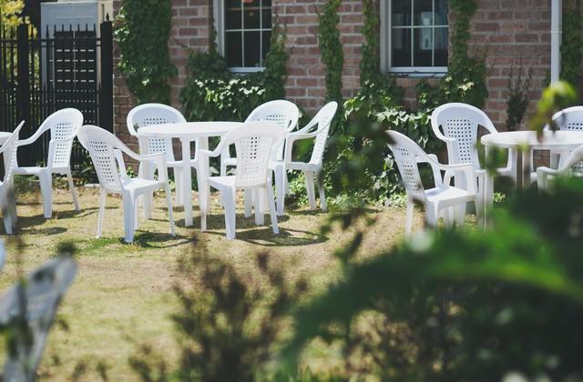 中庭の白いベンチの写真