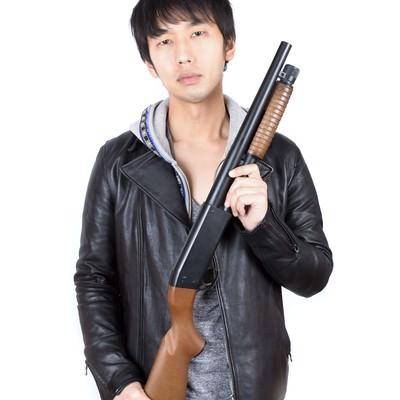 「ショットガンを持った男性」の写真素材