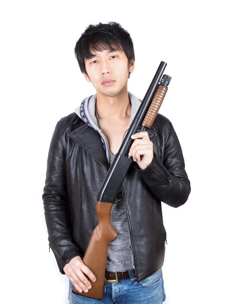 「ショットガンを持った男性ショットガンを持った男性」[モデル:大川竜弥]のフリー写真素材を拡大