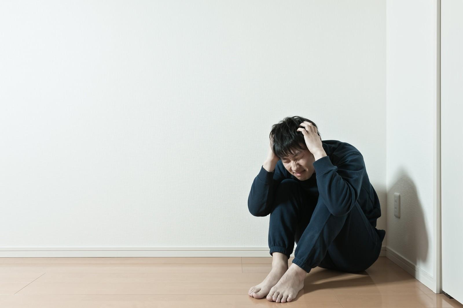 「お山座りをして頭を抱えるぼっちお山座りをして頭を抱えるぼっち」[モデル:大川竜弥]のフリー写真素材を拡大