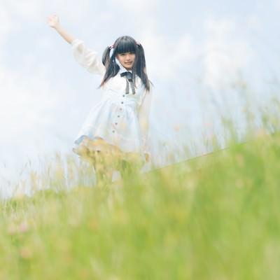 「手を振るツインテールの女の子」の写真素材