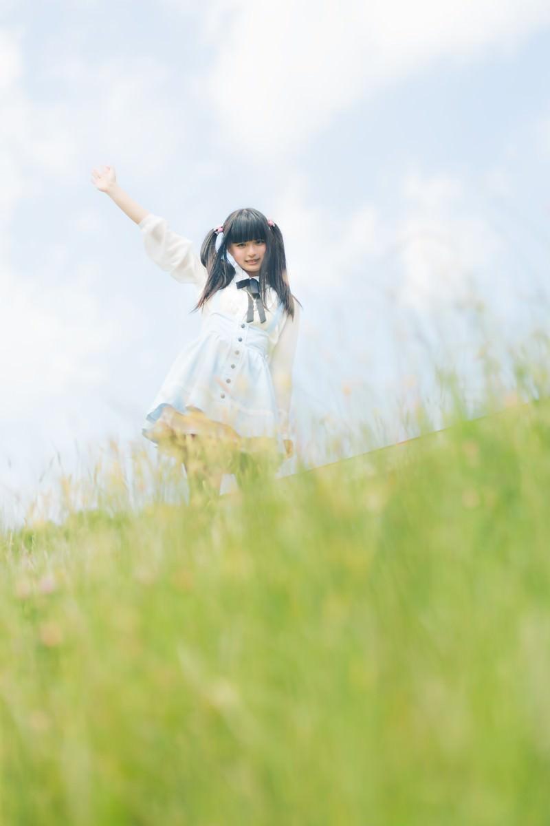 「手を振るツインテールの女の子」の写真[モデル:こころ]