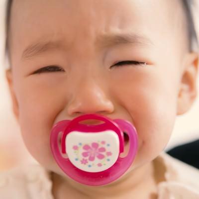 「びえーん・・・」っと泣く赤ちゃんの写真