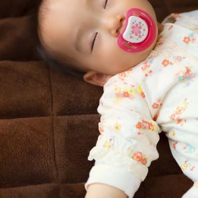 「おしゃぶりを咥えながら眠る赤ちゃん」の写真素材