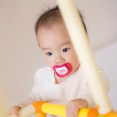 「子供用ジャングルジムと赤ちゃん」の写真素材
