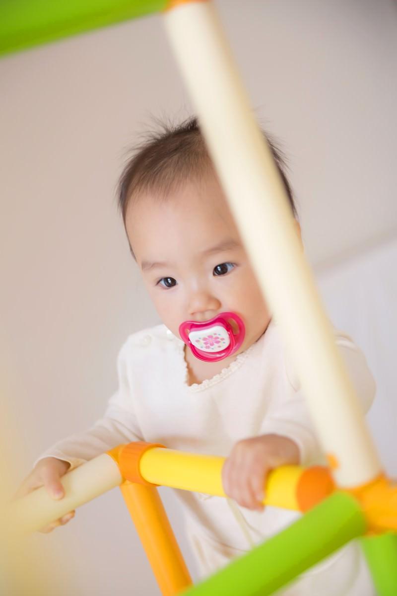「子供用ジャングルジムと赤ちゃん」の写真[モデル:あんじゅ]