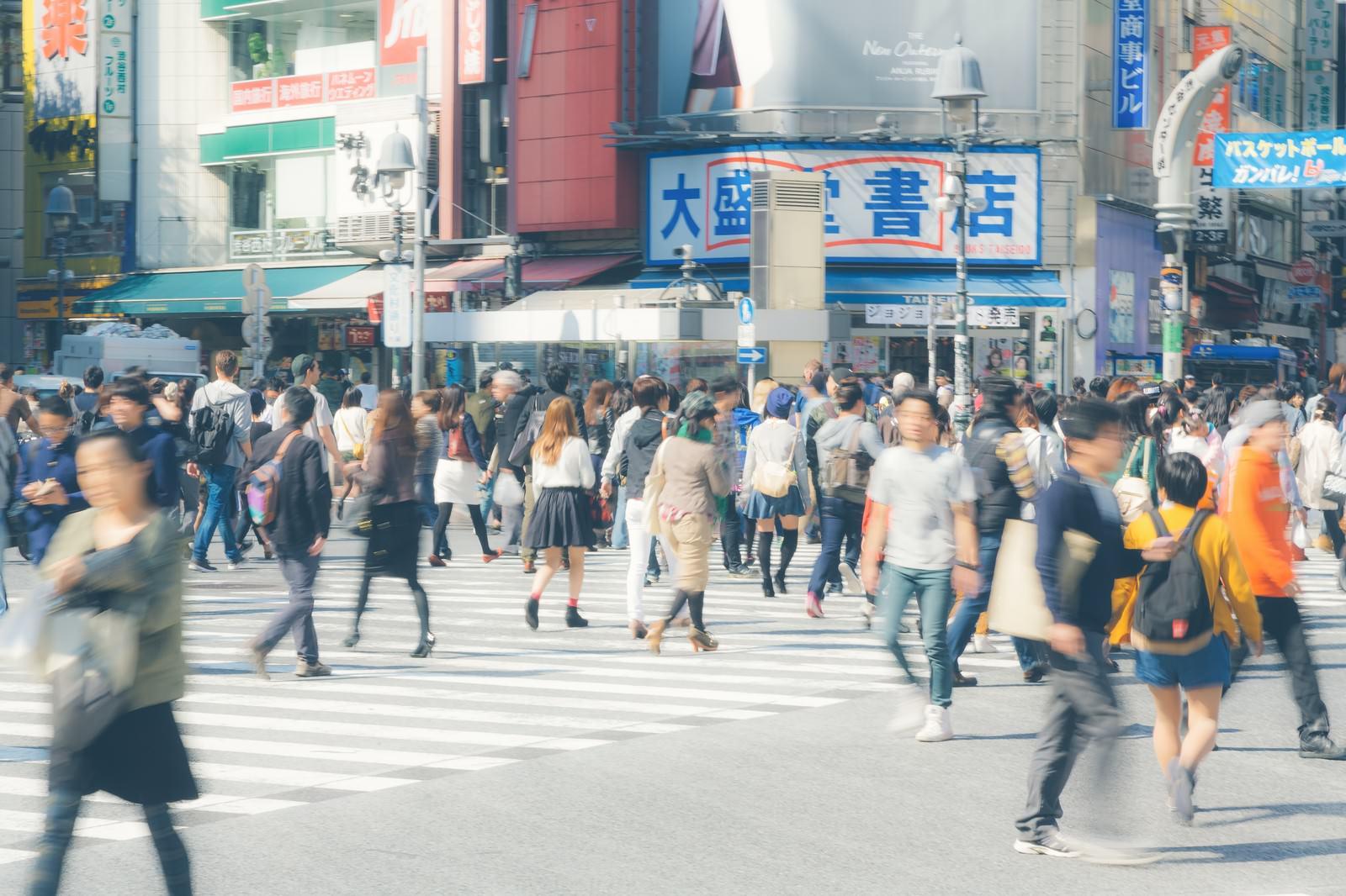 「渋谷駅前のスクランブル交差点」の写真