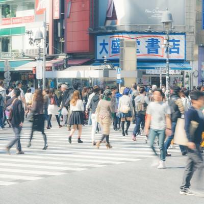 「渋谷駅前のスクランブル交差点」の写真素材