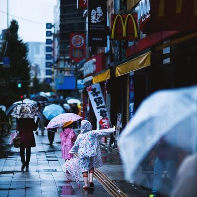 「雨も傘もカッパも好き」の写真素材