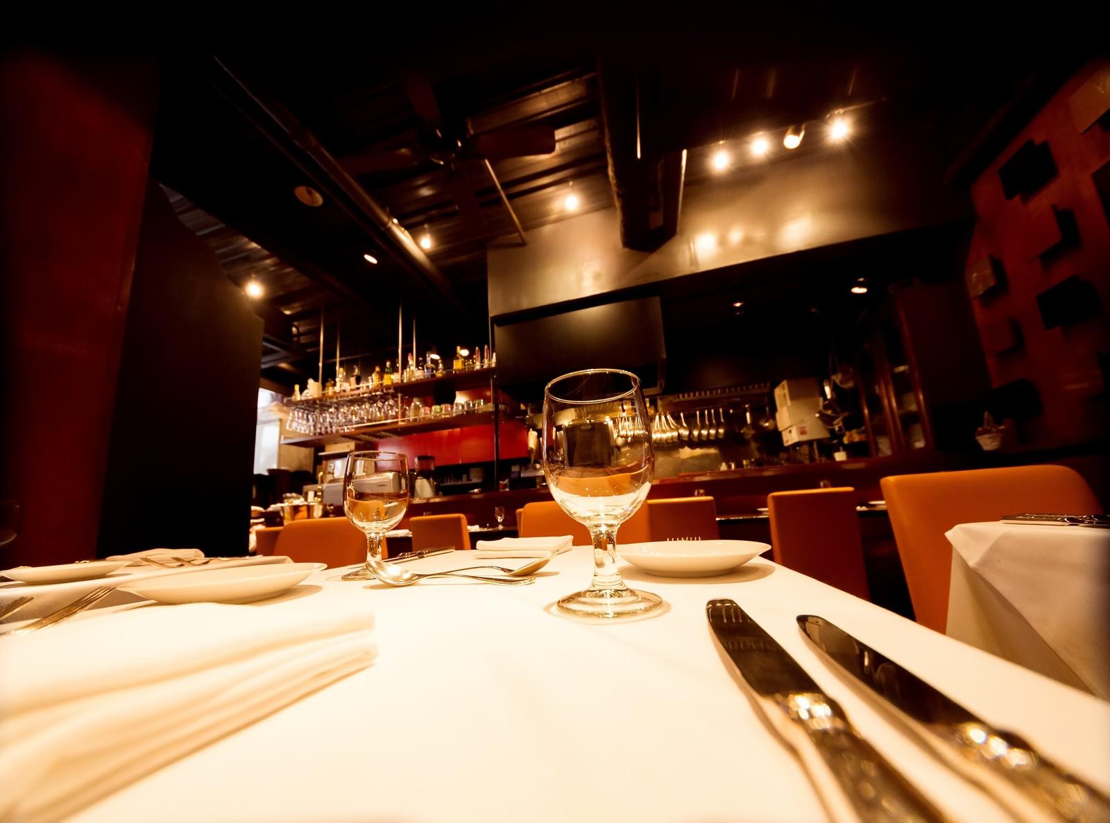 「フレンチレストランのテーブルセット」の写真
