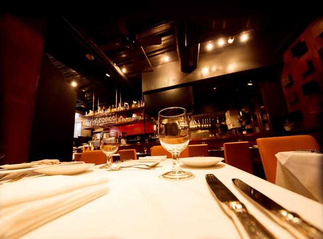 フレンチレストランのテーブルセットの写真