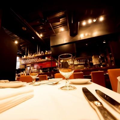 「フレンチレストランのテーブルセット」の写真素材