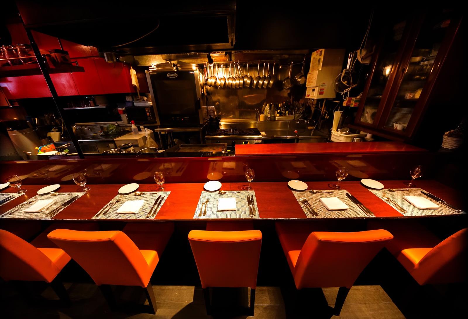 「フレンチレストランのカウンター席」の写真