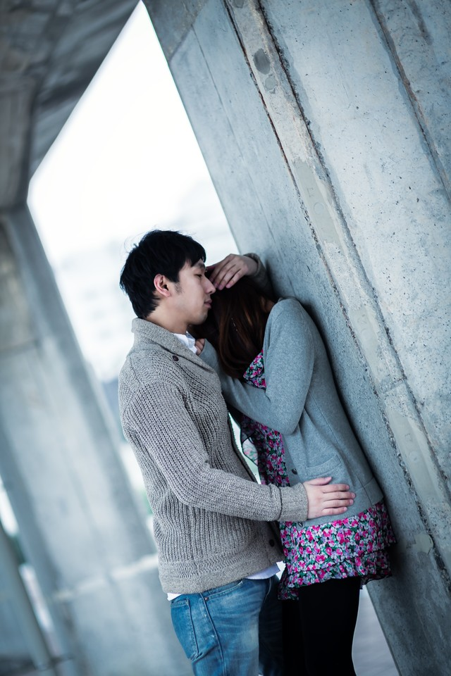 ようやく心を許した彼女を優しく抱きしめる男性の写真