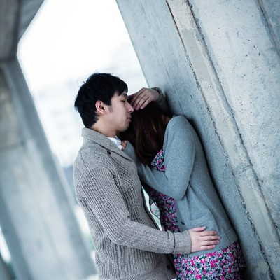 「ようやく心を許した彼女を優しく抱きしめる男性」の写真素材
