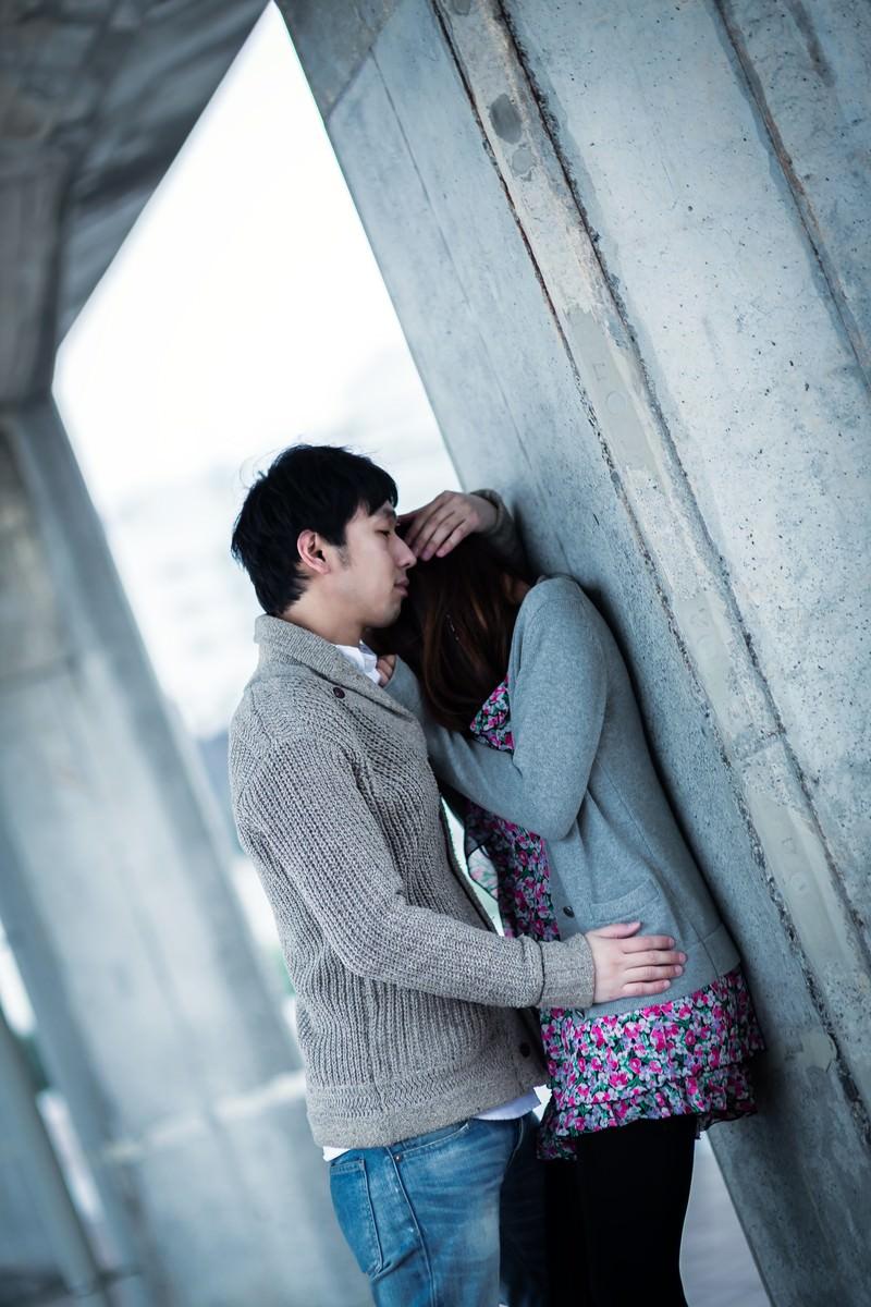 「ようやく心を許した彼女を優しく抱きしめる男性ようやく心を許した彼女を優しく抱きしめる男性」[モデル:大川竜弥]のフリー写真素材を拡大