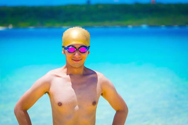 南の島で水泳帽とゴーグルを装着するスイマーの写真