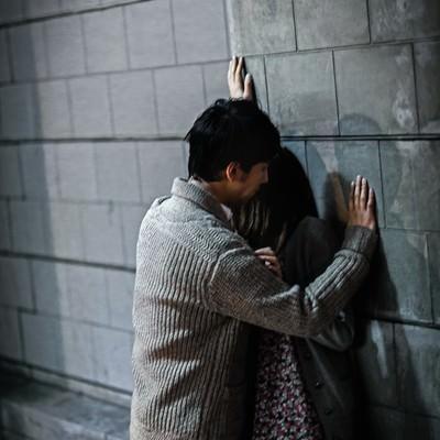 「「今日は泊まっていきなよ」酔った男性に壁ドンされ逃げ場を失う女性」の写真素材