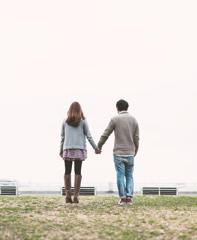 公園で手をつなぐ男女(恋人)の写真