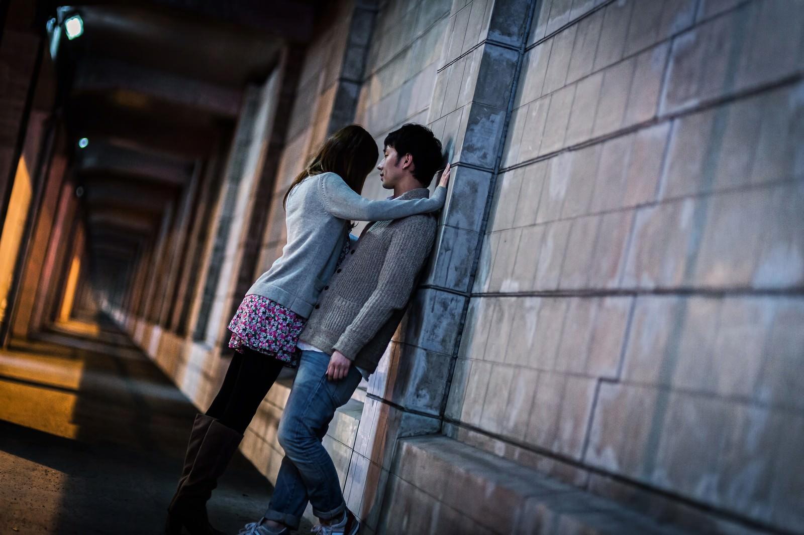 「「わたしの話を聞いて…」女性に壁ドンされる男性」の写真[モデル:大川竜弥]