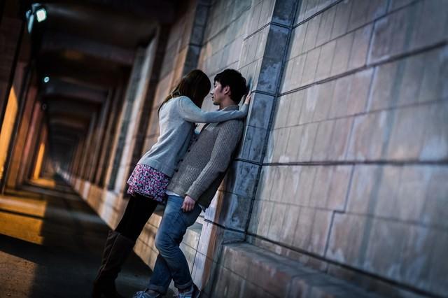 「わたしの話を聞いて…」女性に壁ドンされる男性の写真