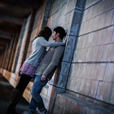 「「わたしの話を聞いて…」女性に壁ドンされる男性」の写真素材