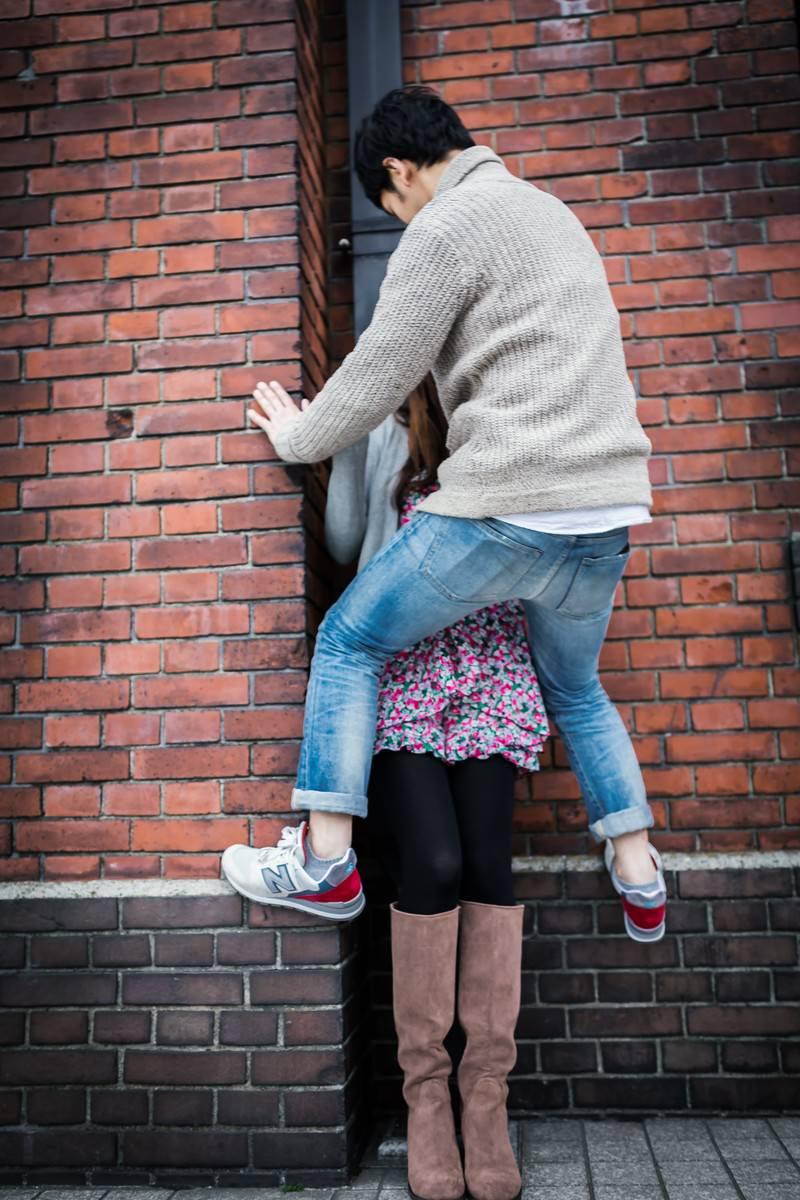 「「7年後も一緒にいようね」と彼女に蝉ドンをする男性」の写真[モデル:大川竜弥]
