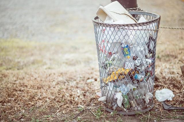 回収されないゴミ箱の写真