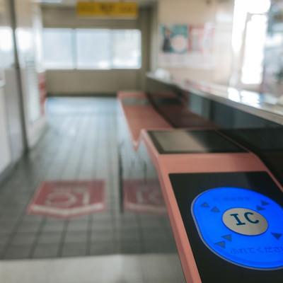 「駅自動改札のICカードにふれてください」の写真素材
