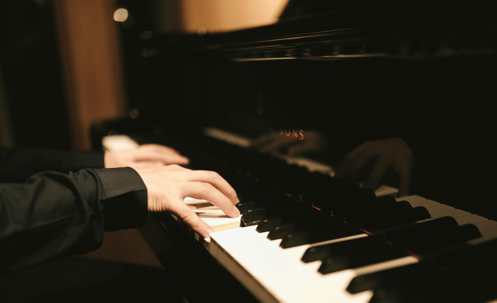 「ピアノを奏でるピアノを奏でる」のフリー写真素材を拡大