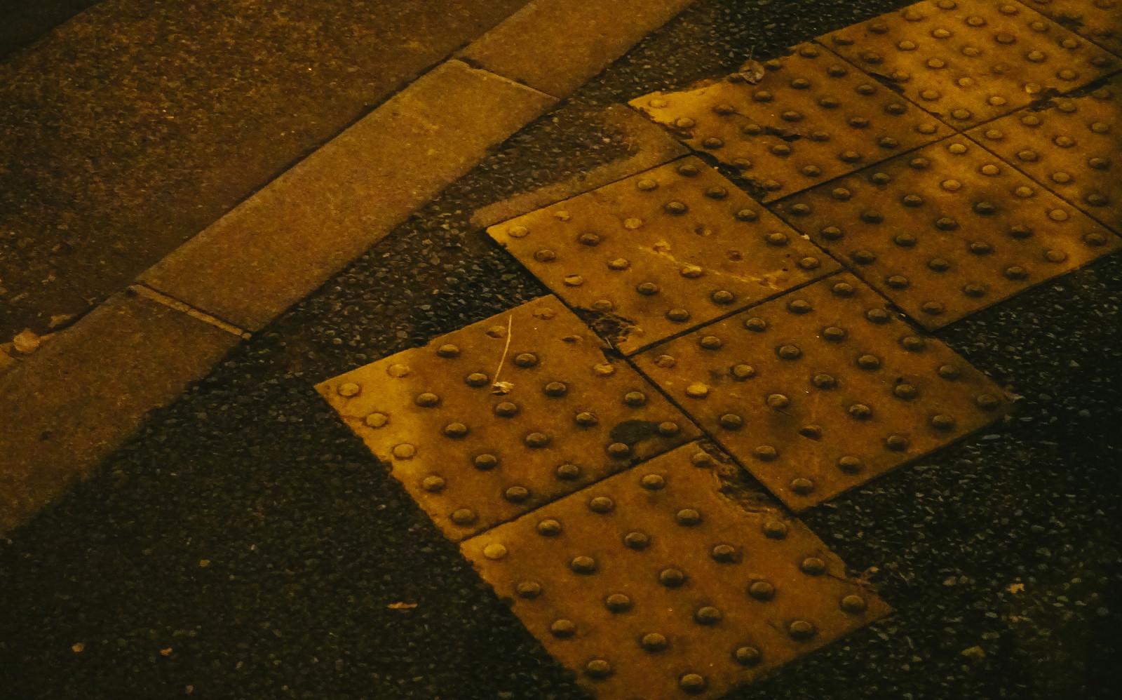 「縁石と黄色い点字ブロック」の写真