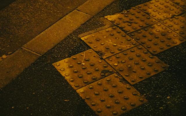 縁石と黄色い点字ブロックの写真