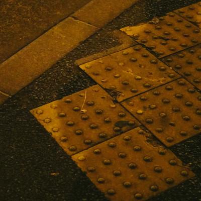 「縁石と黄色い点字ブロック」の写真素材