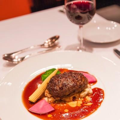 「フォアグラ入りハンバーグと赤ワイン」の写真素材