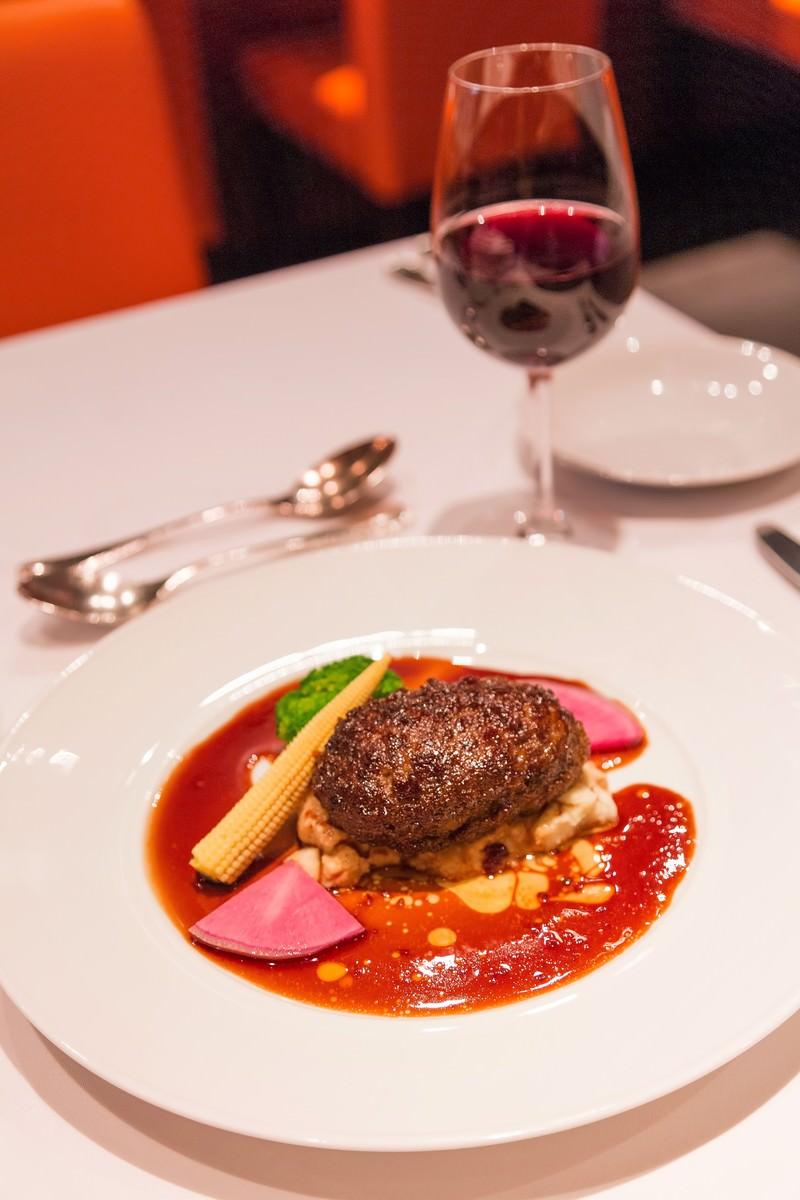 「フォアグラ入りハンバーグと赤ワイン」の写真