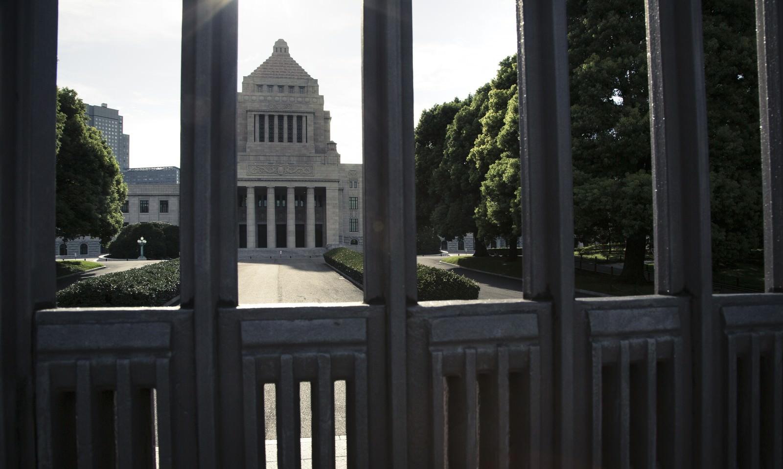「閉門と国会議事堂閉門と国会議事堂」のフリー写真素材を拡大