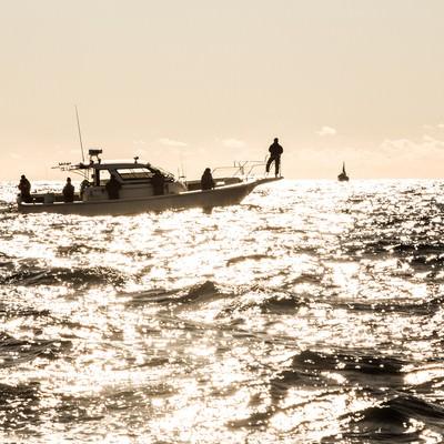 「沖合の釣り船」の写真素材