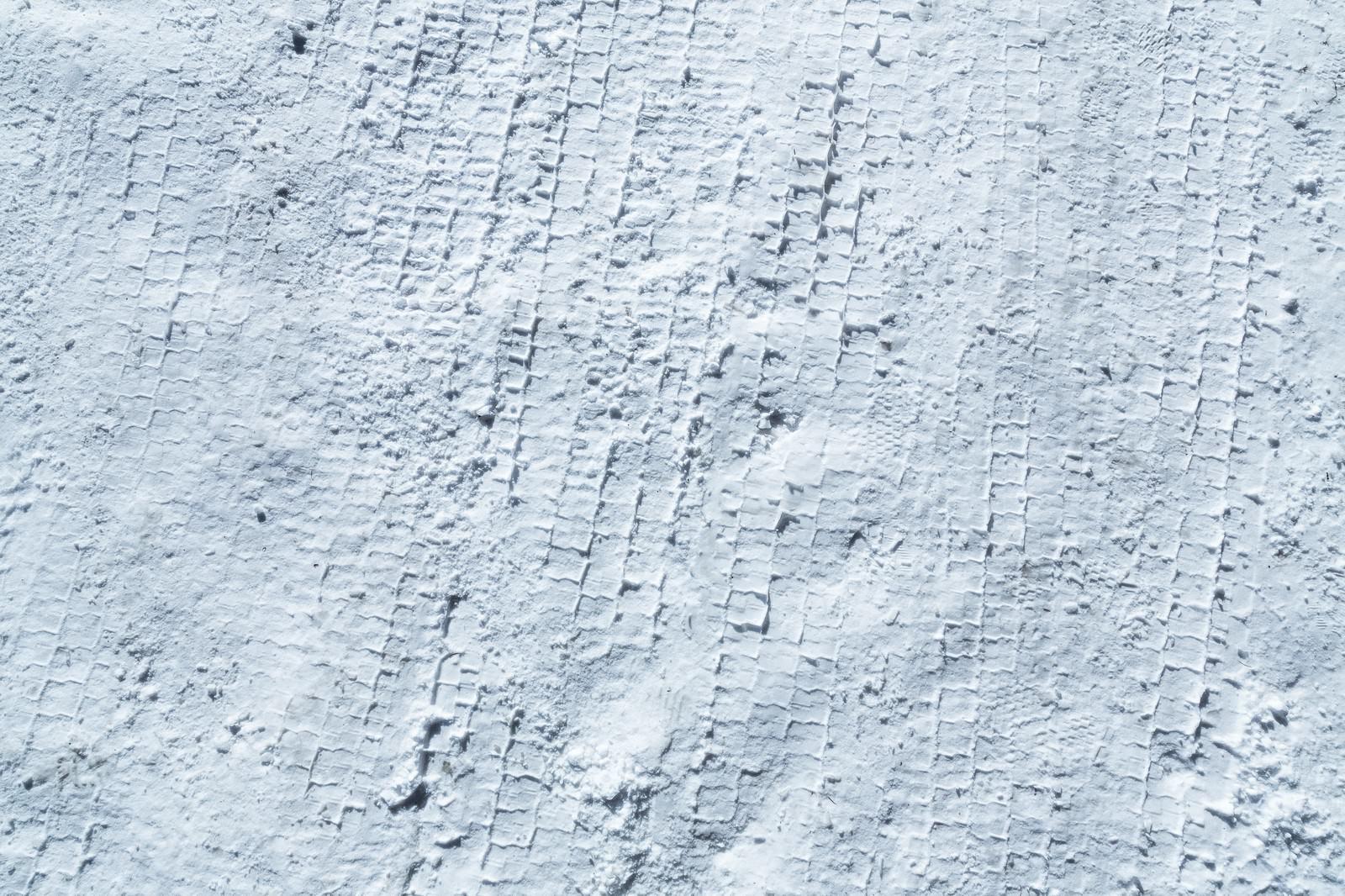 「雪のタイヤ痕」の写真