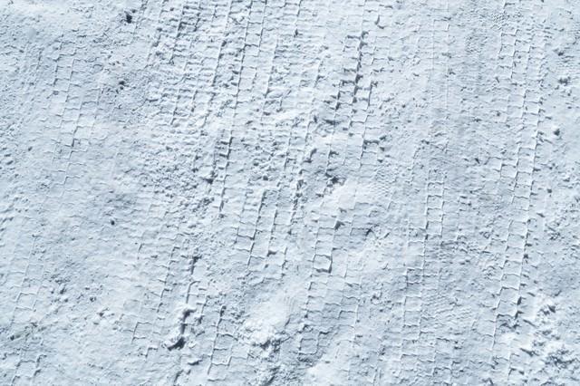 雪のタイヤ痕の写真