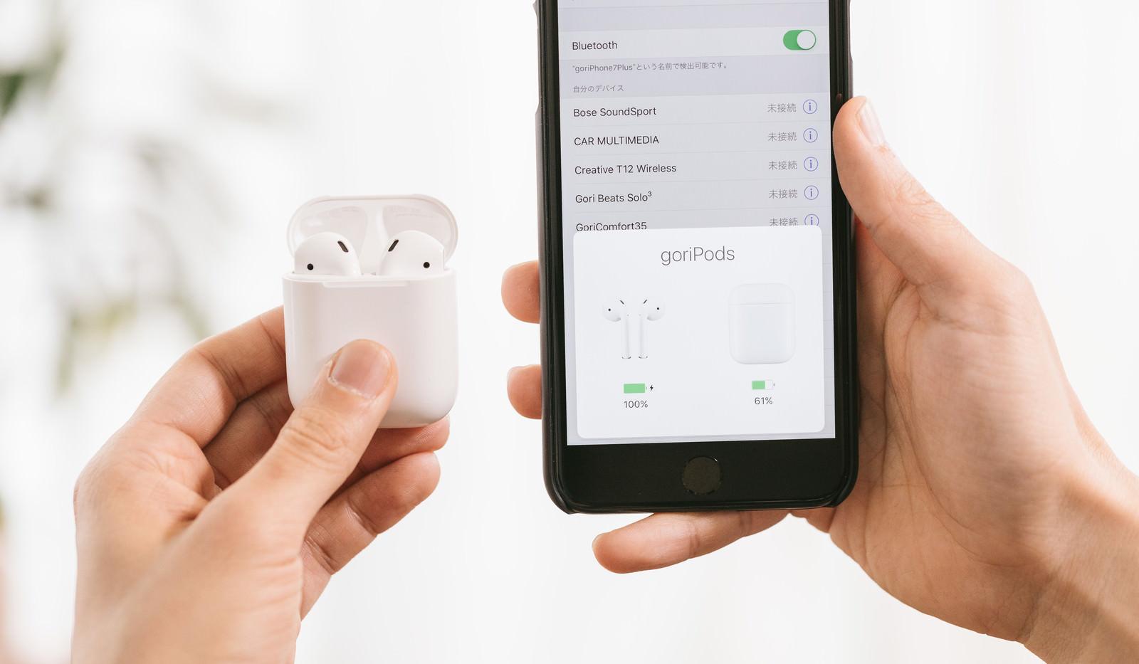「スマートフォンと同期するワイレスイヤホン | 写真の無料素材・フリー素材 - ぱくたそ」の写真