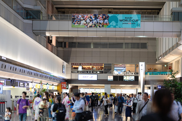 混雑する羽田空港の写真